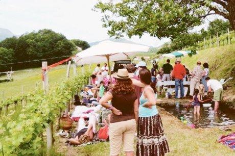 incipe est simple, apportez votre pique-nique et le vigneron vous offre le vin Venez en famille, entre amis, vous apportez votre panier-repas, le vigneron vous accueille au sein de son domaine dans un espace aménagé pour l'occasion avec tables, chaises et parasol… Le vigneron propose son vin gratuitement à la dégustation et vous fait partager avec lui des activités ludiques et culturelles !  L'événement est ouvert à tous, passionnés, amateurs, curieux qui souhaitent découvrir le vin, les vignes et le métier de vigneron indépendant… etc  Et vous, dans quel domaine irez-vous pique-niquer ? Pour rechercher et découvrir nos nombreux domaines participants cliquez ici